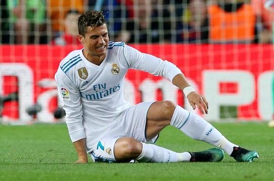 Ronaldo nhăn nhó sau chấn thương.