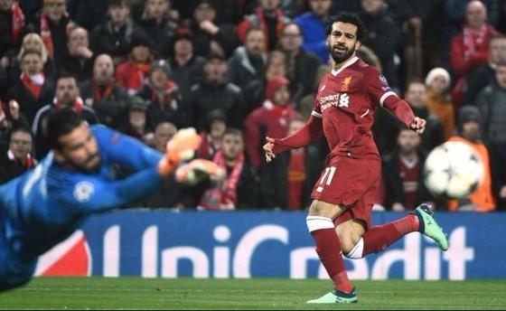 Mo Salah đã đánh bại thủ thành Alisson (Roma) ở Anfield.