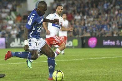 Lyon (áo trắng) để thua trận phút chót đành trao vị trí nhì bảng trở lại cho Monaco.