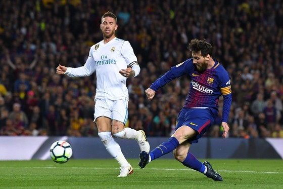 Leo Messi (phải, Barcelona) trong trận gặp Real Madrid.