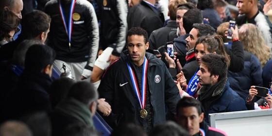 Neymar lãnh án treo giò vì tát CĐV