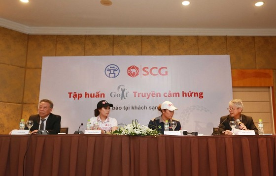 Hai golf thủ nữ người Thái Lan rất háo hức có mặt tại Hà Nội lần này. Ảnh: NGỌC HẢI