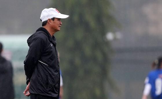 HLV Mai Đức Chung lấy tin thần của U23 nam úy lạo cầu thủ đội tuyển nữ. Ảnh: NGỌC HẢI