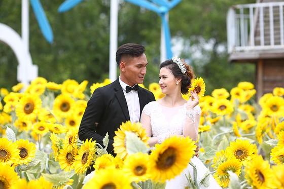 Trương Huỳnh Phú tươi tắn bên vợ sắp cưới. Ảnh: NHẬT ANH
