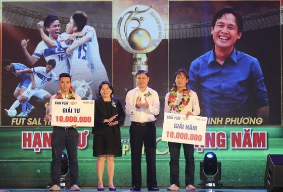 Giải thưởng FAIR PLAY 2017: Văn Toàn giành cú đúp giải thưởng Fair Play 2017 để giành tặng mẹ Thuỳ Trang đang gặp bệnh hiểm nghèo ảnh 1