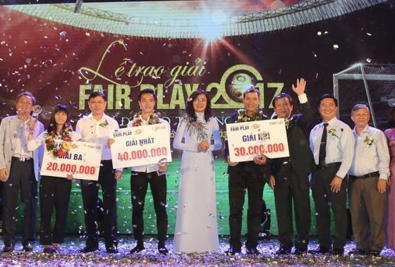Lãnh đạo TPHCM trao giải thưởng Fair Play cho các cầu thủ. ẢNH: NHẬT ANH