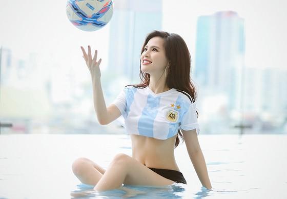 Người đẹp Phi Huyền Trang mặc đồ tuyển Argentina dự đoán Messi sẽ toả sáng và đưa đội nhà lên ngôi vô địch. Ảnh: Nhật Anh