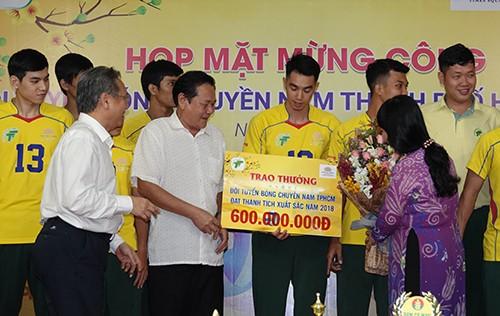Bóng chuyền Nam TPHCM nhận thưởng 600 triệu đồng. Ảnh: Dũng Phương