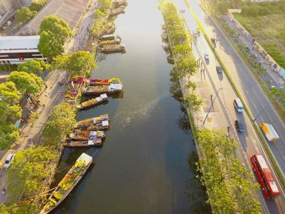 Chợ hoa xuân trên bến dưới thuyền… ảnh 1