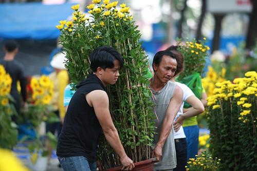 Chiều 29 Tết, người dân TP Hồ Chí Minh đổ xô đi mua hoa ảnh 12