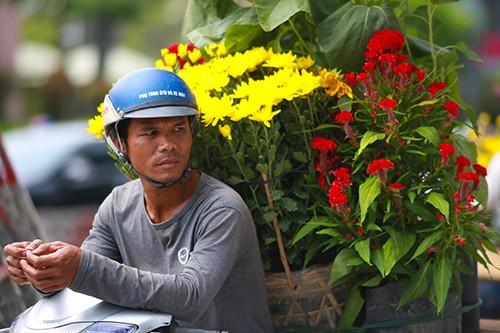 Chiều 29 Tết, người dân TP Hồ Chí Minh đổ xô đi mua hoa ảnh 6