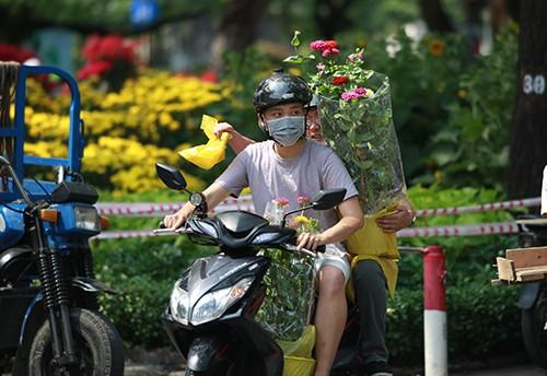 Chiều 29 Tết, người dân TP Hồ Chí Minh đổ xô đi mua hoa ảnh 3