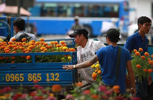 Chiều 29 Tết, người dân TP Hồ Chí Minh đổ xô đi mua hoa ảnh 4