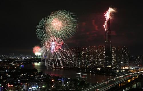 Người dân TP.HCM tập trung chật cứng xem bắn pháo hoa đón năm mới 2019 ảnh 8