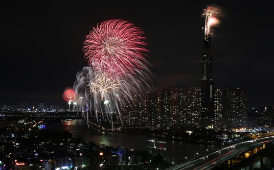 Người dân TP.HCM tập trung chật cứng xem bắn pháo hoa đón năm mới 2019 ảnh 9