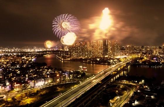 Người dân TP.HCM tập trung chật cứng xem bắn pháo hoa đón năm mới 2019 ảnh 1