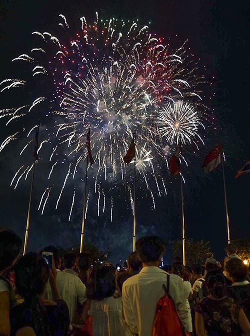 Người dân TP.HCM tập trung chật cứng xem bắn pháo hoa đón năm mới 2019 ảnh 5
