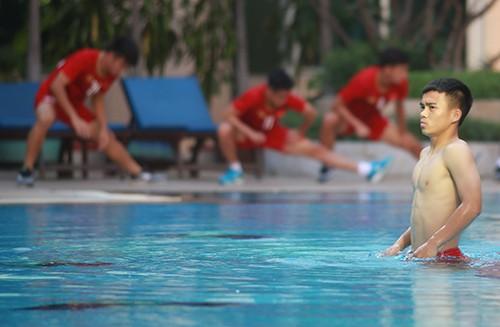 U22 Việt Nam khoe cơ bụng tại hồ bơi bốn sao khách sạn Phnompenh ảnh 4