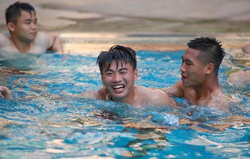 U22 Việt Nam khoe cơ bụng tại hồ bơi bốn sao khách sạn Phnompenh ảnh 3