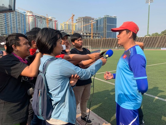 HLV Nguyễn Quốc Tuấn trả lời phỏng vấn truyền thông Indonesia. Ảnh: Dũng Phương