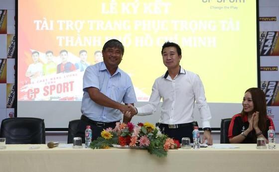 Ông Trần Đình Huấn - Giám đốc Trung tâm TDTT Thống Nhất - trong buổi ký hợp đồng tài trợ. Ảnh: DŨNG PHƯƠNG