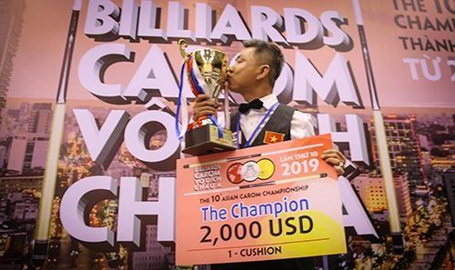 Mã Minh Cẩm với chiếc cúp vô địch 1 băng. Ảnh: Dũng Phương