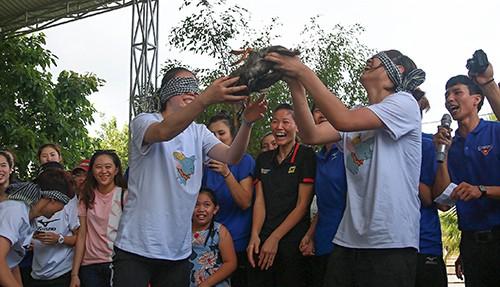 Khoảnh khắc thư giãn của các cô gái bóng chuyền cùng trò chơi dân gian Việt Nam ảnh 5