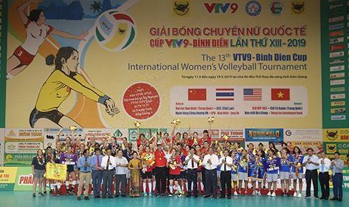 Quang cảnh trao giải vô địch cho đội Tứ Xuyên (Trung Quốc). Ảnh: DŨNG PHƯƠNG