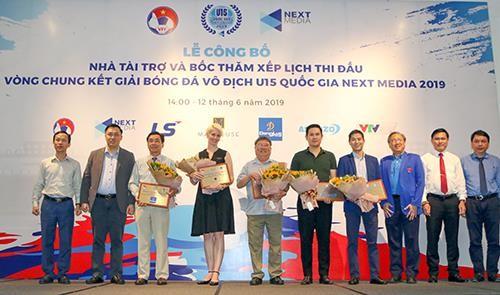 Quang cảnh tặng hoa cho các tài trợ VCK giải U15 quốc gia. Ảnh: Dũng Phương