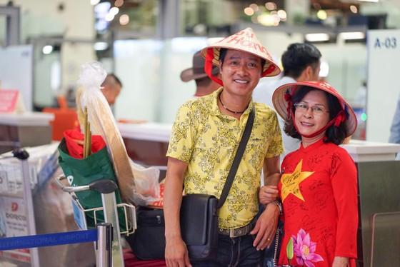 CĐV mang Đại kỳ sang Thái Lan cổ vũ đội tuyển Việt Nam giành chiến thắng ảnh 1