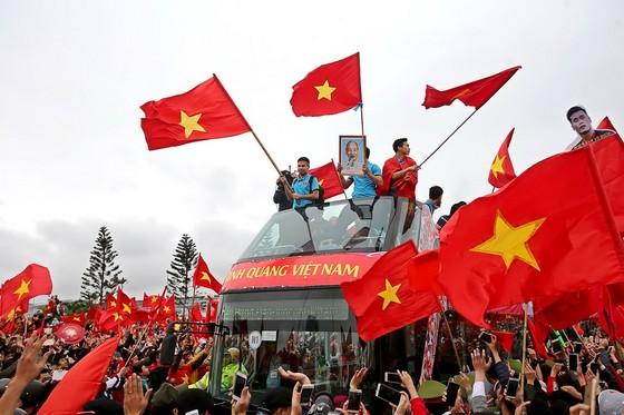Đội tuyển U23 Việt Nam được người hâm mộ chào đón trong ngày về. Ảnh: MINH HOÀNG