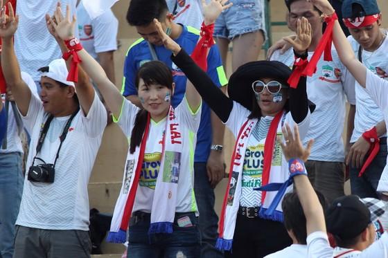 Cổ động viên đội HA.GL đang háo hức chờ đón cuộc so tài giữa đội nhà và B.Bình Dương ngày 10-3 tới. Ảnh: HOÀNG HÙNG
