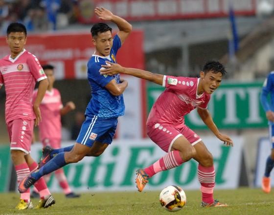 Hà Minh Tuấn (áo xanh), tác giả bàn mở tỷ số cho đội chủ nhà. Ảnh: NGUYỄN NHÂN