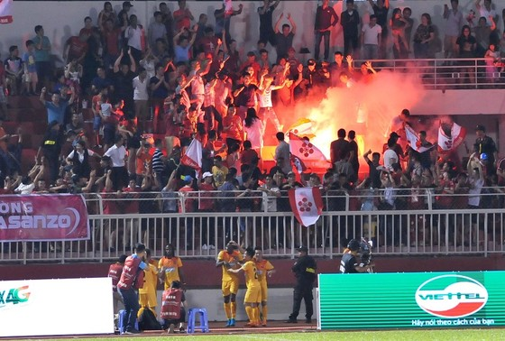 Hình ảnh đốt pháo sáng vốn thường xuất hiện tại V-League do một nhóm CĐV thiếu ý thức. Ảnh: NGUYỄN NHÂN