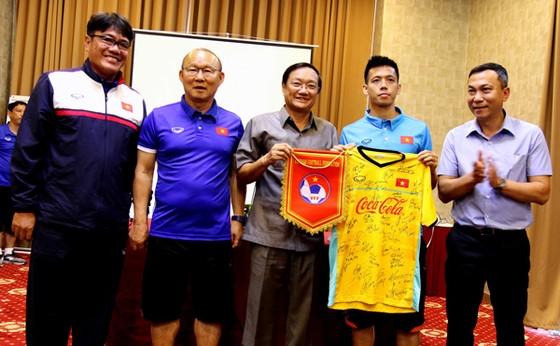 Ngày thứ 2 đội tuyển Việt Nam tại Lào: Bận rộn! ảnh 1