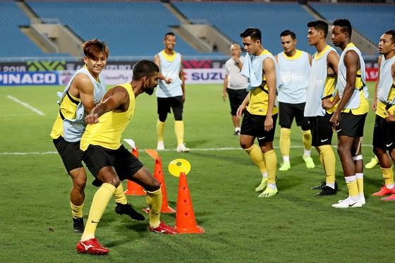 Malaysia trong buổi tập trên sân Mỹ Đình tối 15-11. Ảnh: MINH HOÀNG