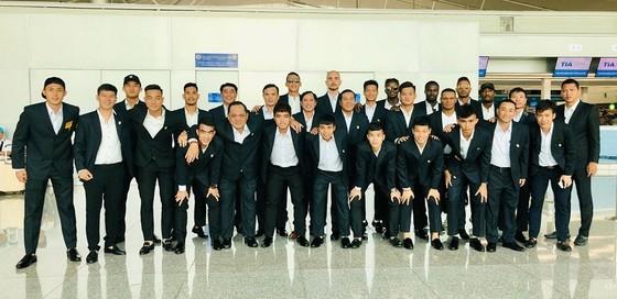 Toàn đội tại sân bay Tân Sơn Nhất trước giờ bay. Ảnh: ANH TRẦN