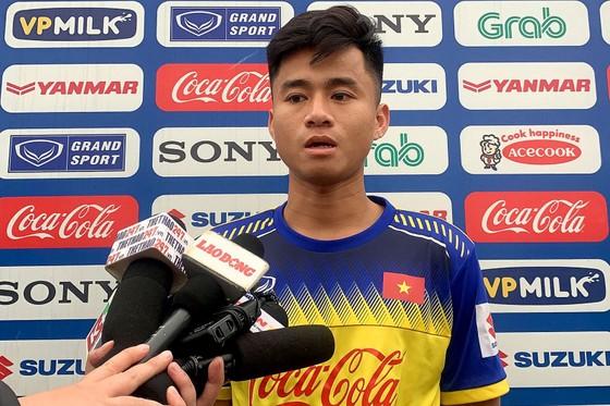 Phan Thanh Hậu trả lời phỏng vấn giới truyền thông. Ảnh: MINH HOÀNG
