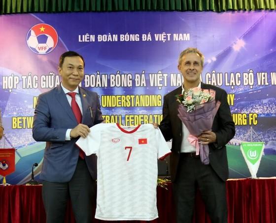 Phó chủ tịch VFF Trần Quốc Tuấn và ông Littbarski tại lễ ký kêt. Ảnh: Đoàn Nhật