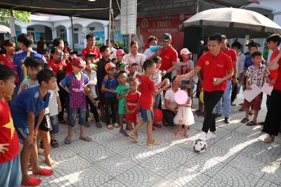 Quang Hải cùng NutiFood tặng quà cho trẻ khó khăn ở Phú Thọ ảnh 1