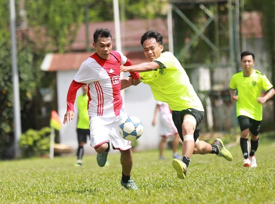 Pha tranh bóng giữa hai đội Toà Án nhân dân quận Bình Thạnh (áo sọc trắng đỏ) và Đoàn luật sư tỉnh Bình Dương.