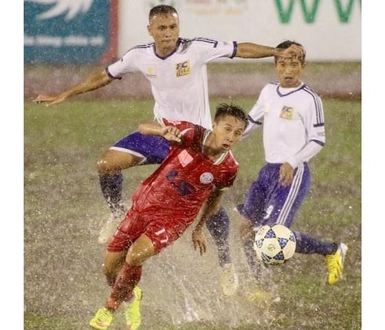 Thi đấu trong điều kiện thời tiết xấu sẽ rất nguy hiểm cho các cầu thủ. Ảnh: HOÀNG HÙNG