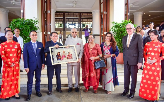 Tặng Tổng thống Ấn Độ bức hình ông cùng gia đình làm từ lá bồ đề Ấn Độ ảnh 1