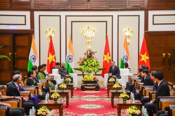 Tặng Tổng thống Ấn Độ bức hình ông cùng gia đình làm từ lá bồ đề Ấn Độ ảnh 3