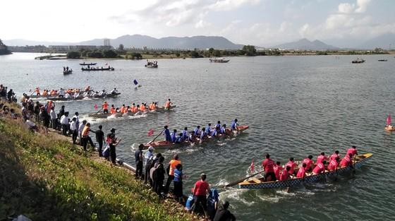 Sôi động giải đua thuyền truyền thống trên sông Cu Đê  ảnh 2