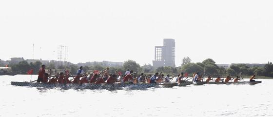 Sôi động giải đua thuyền truyền thống trên sông Cu Đê  ảnh 1