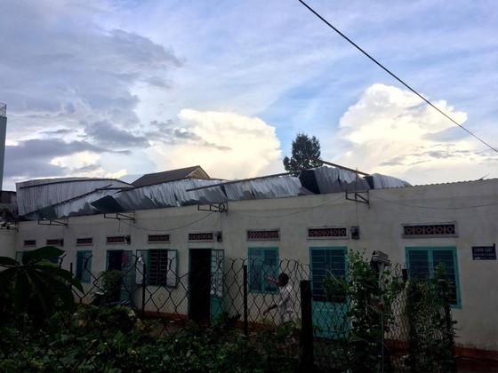 Gia Lai: Lốc xoáy cuốn bay mái tôn 5 phòng trọ, sinh viên chạy tán loạn ảnh 1