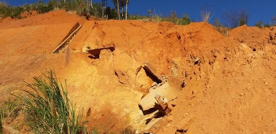 Đường bị đất đá vùi lấp nhiều tháng chưa khắc phục  ảnh 4