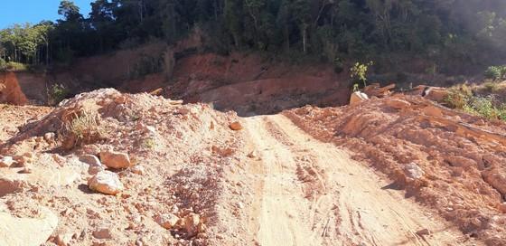 Đường bị đất đá vùi lấp nhiều tháng chưa khắc phục  ảnh 7