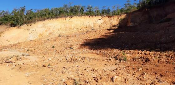 Đường bị đất đá vùi lấp nhiều tháng chưa khắc phục  ảnh 11